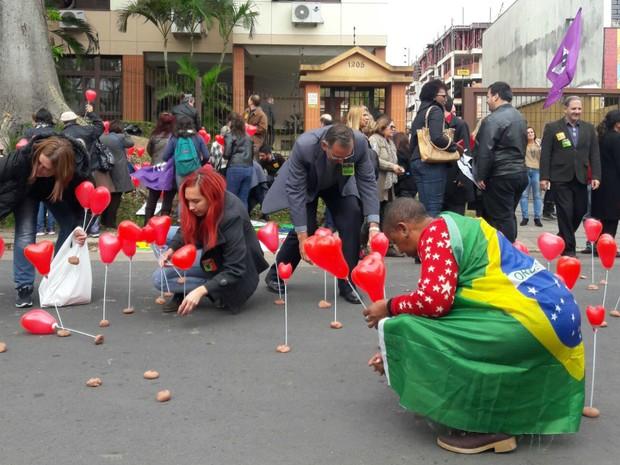 manifestantes corações casa Dilma Zona Sul Tristeza Porto Alegre (Foto: Zete Padilha/RBS TV)