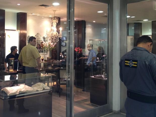 Joalheria assaltada funciona dentro de um shopping da cidade (Foto: Walter Paparazzo/G1)