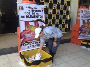 Doações estão sendo feitas na sede do BPTran, em Macapá (Foto: Fabiana Figueiredo/G1)