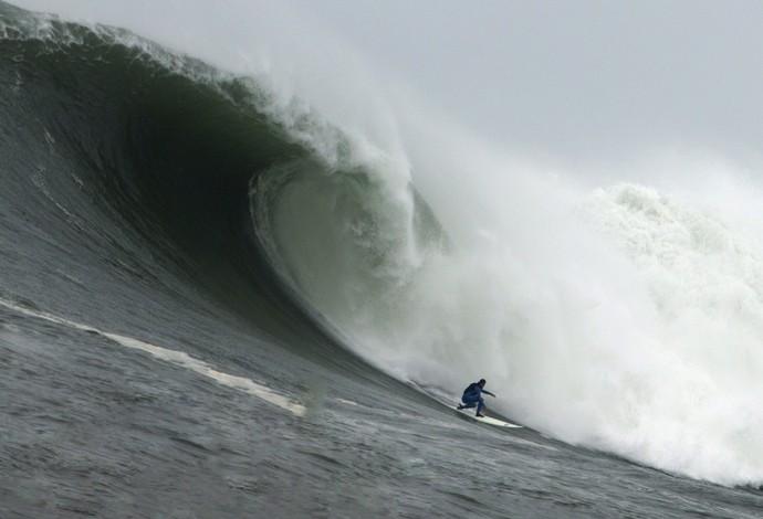 Pedro Scooby surfa onda de 14m na remada em Mavericks, ba Califórnia (Foto: Divulgação)