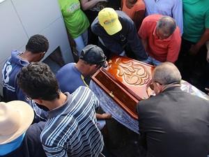 Prefeito foi sepultado na tarde desta quarta-feira  (Foto: Hugo Santos / Site Radar 64)