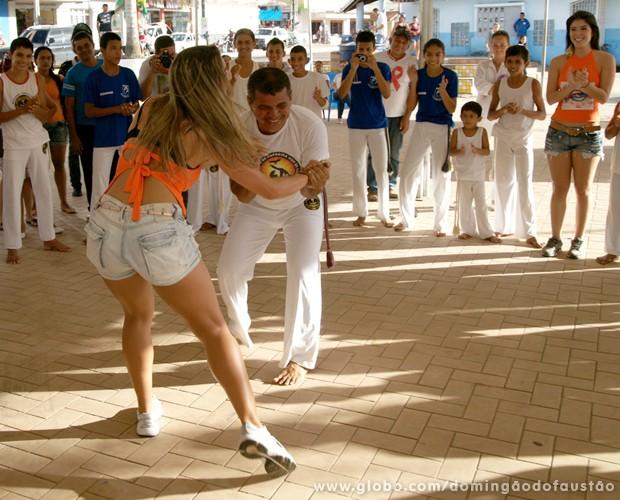Letícia mostra jeito na ginga! (Foto: Domingão do Faustão / TV Globo)