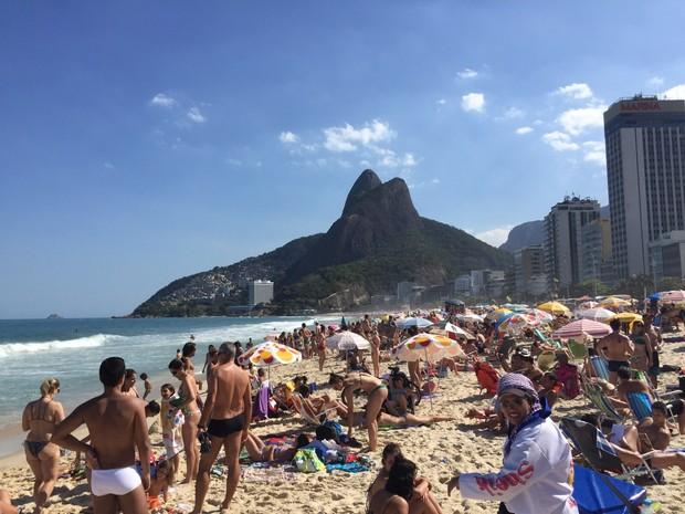 Praia do Leblon, na Zona Sul do Rio, estava imprópria para banho e mesmo assim ficou lotada (Foto: Ricardo Abreu / Arquivo pessoal)