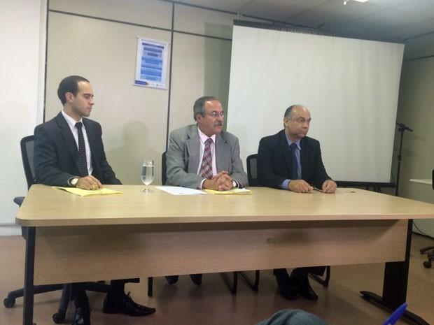 Multa caso o banco descumpra a determinação é de R$ 500 mil por dia, informou o secretário Pedro Eurico (C) (Foto: Vitor Tavares/G1)