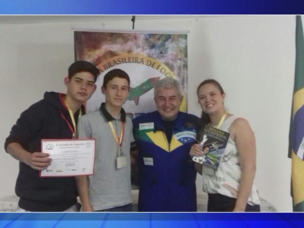 Estudantes foram premiados pelo astronauta Marcos Pontes (Foto: Reprodução/TVTEM)
