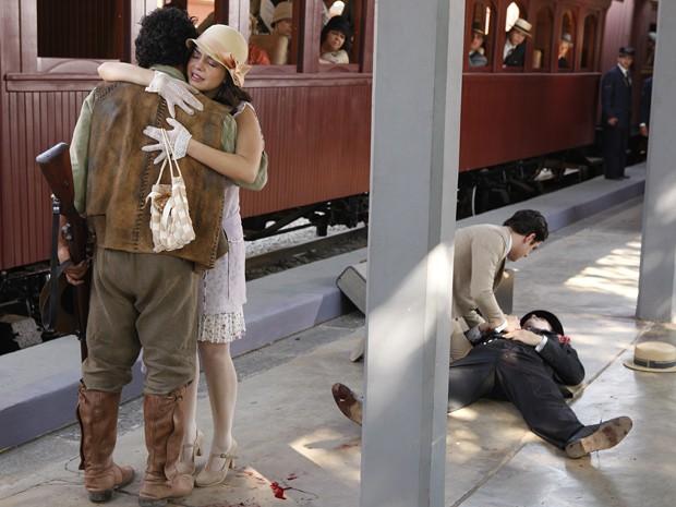 O irmão de Juvenal é alvejado e cai em plena estação de trem (Foto: Gabriela / TV Globo)