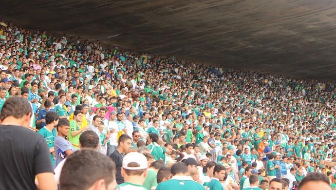 Torcida do Goiás nas arquibancadas do Serra Dourada (Foto: Fernando Vasconcelos / Globoesporte.com)
