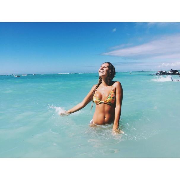 Carol aproveita a praia Waikiki, uma das mais famosas da ilha de Oahu, no Havaí (Foto: Reprodução/ Instagram)