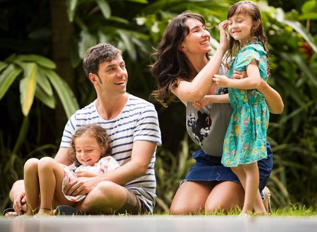 Arthur-Hirsch-Daniela-Ruiz-e-suas-filhas-Mia-e-Lara-our-own-way-familia-viajando-o-mundo-projeto .JPG (Foto: Kiko Ferrite/Divulgação)