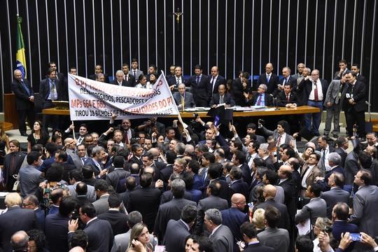 Tumulto durante sessão para votação na Câmara da Medida Provisória 664/14, que muda as regras de pensão por morte, uma das propostas do ajuste fiscal do governo (Foto: Laycer Tomaz / Câmara dos Deputados)
