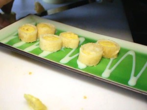 Hot roll é cortado em fatias depois de frito (Foto: Isabela Oliveira/G1)