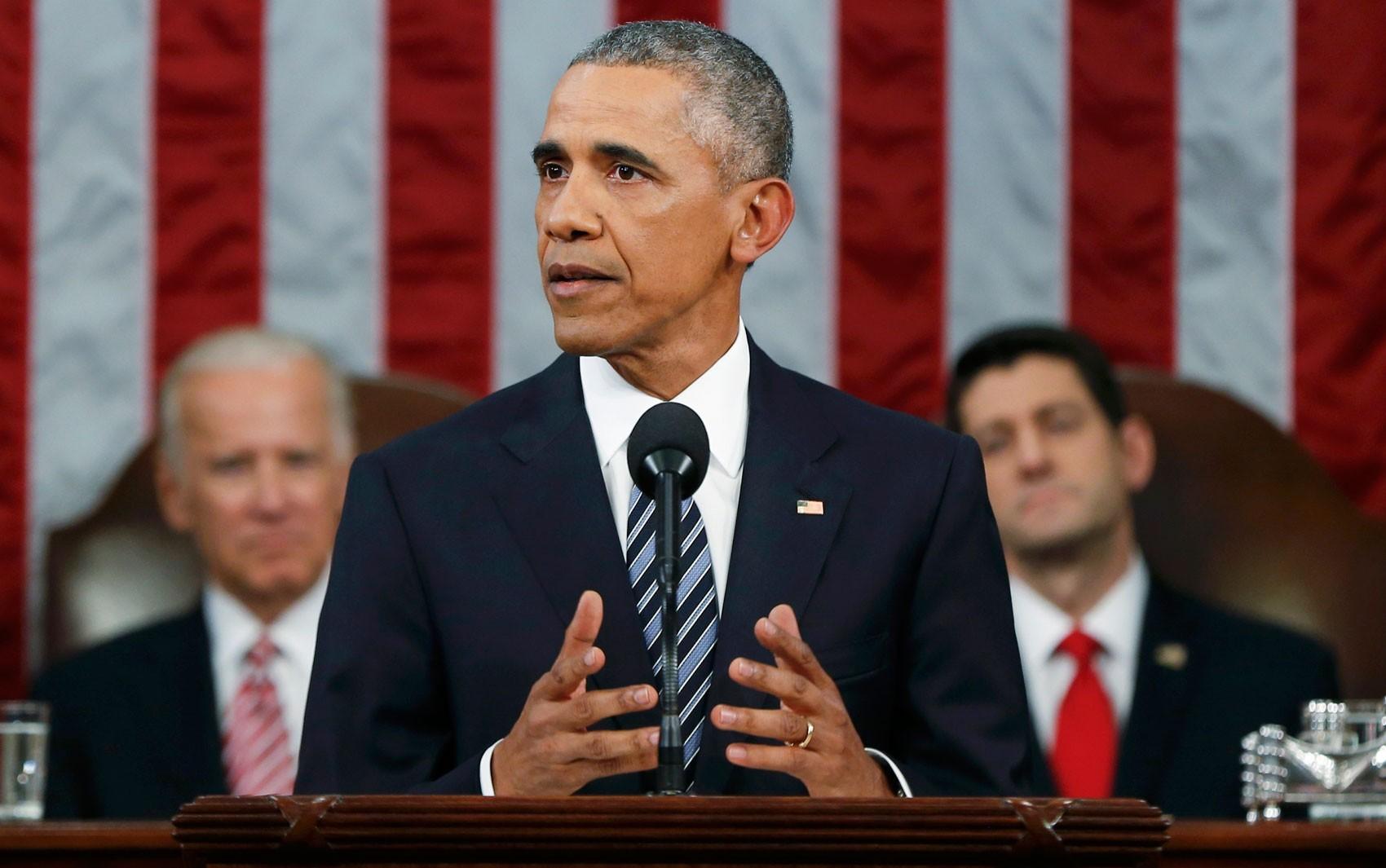 Tendo ao fundo o vice-presidente Joe Biden (esquerda) e o presidente do Congresso, Paul Ryan, o presidente dos EUA, Barack Obama, faz o discurso do Estado da União, em Washington, na terça (12)