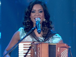 Lucy Alves cantou e tocou sanfona na final do The Voice (Foto: Reprodução/TV Globo)