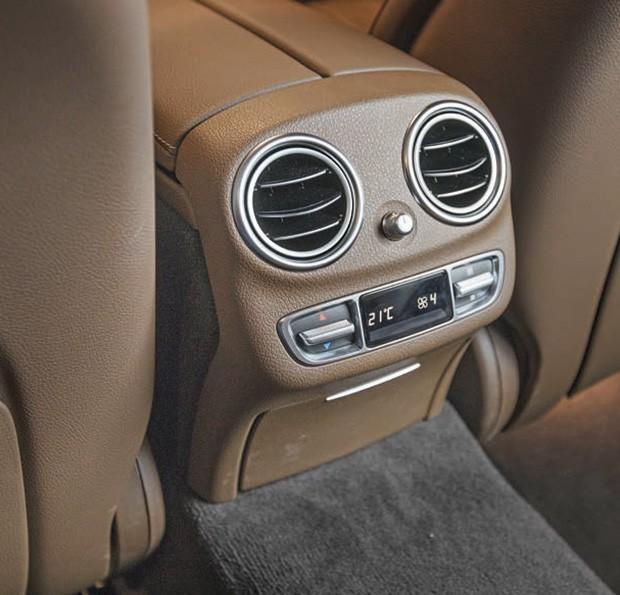 O Mercedes não tem o luxo e o espaço do BMW, mas oferece ar digital de três zonas (Foto: Marcos Camargo)