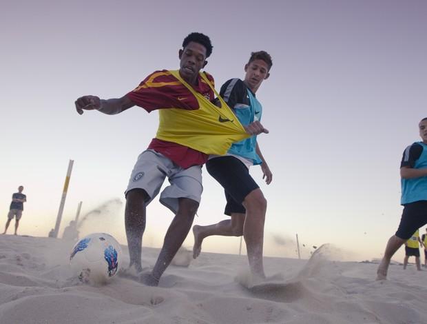 Na areia, o desgaste físico é muito maior (Foto: Nike Futebol (Divulgação))