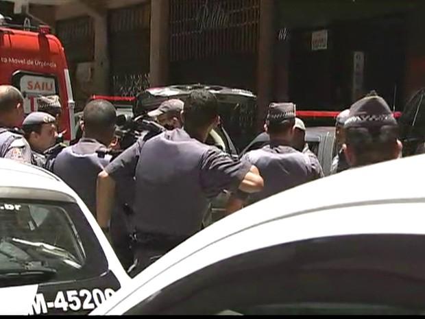 Policiais em frente a joalheria (Foto: Reprodução/TV Globo)