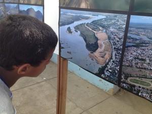 Exposição fotográfica exemplificou a situação do rio Paraíba do Sul (Foto: Letícia Bucker/G1)