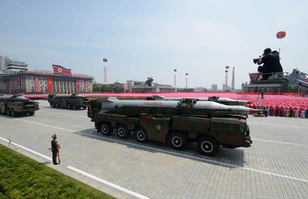 Regime norte-coreano exibe mísseis de longo alcance durante desfile militar que comemora os 60 anos do armistício que colocou fim à guerra da Coreia (Foto: AFP PHOTO / Ed Jones)