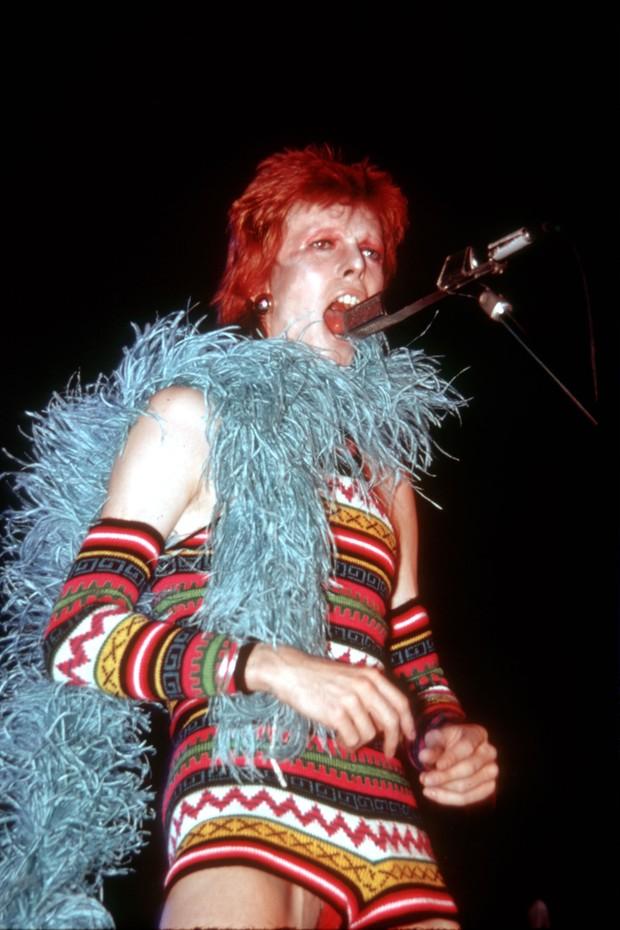 Nos anos 70, os looks usados por Bowie nos palcos causavam controvérsia, e garantiu muitos fãs ao artista (Foto: Getty Images)
