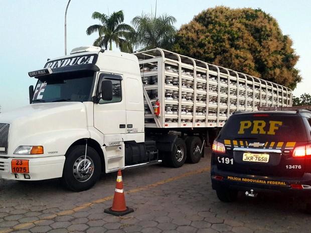 Motorista de carreta carregada com botijões de gás é preso embriagado (Foto: Assessoria/PRF-MT)