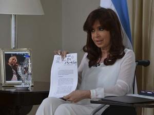 A presidente Cristina Fernandez de Kirchner mostra documento durante pronunciamento à nação em Buenos Aires nesta segunda-feira (26) (Foto: REUTERS/Argentine Presidency/Handout via Reuters )