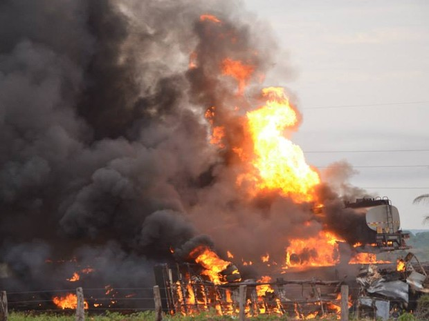 A explosão teria sido causada por carreta cheia de produtos químicos que trafegava pela BR-153 (Foto: Elvecino Benício/Arquivo Pessoal)