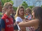 Flávia Alessandra e Adriana Esteves vão com a família ao teatro