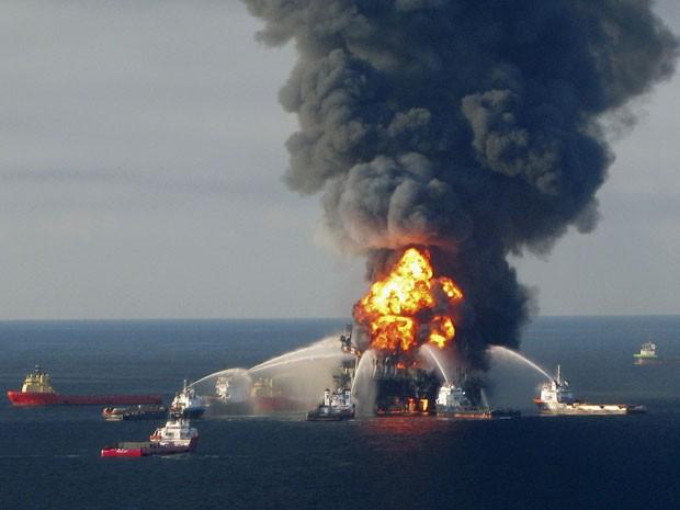 Bombeiros combatem as chamas remanescentes do acidente no Golfo do México em foto de arquivo de abril de 2010 (Foto: U.S. Coast Guard/Handout/Files/Reuters)