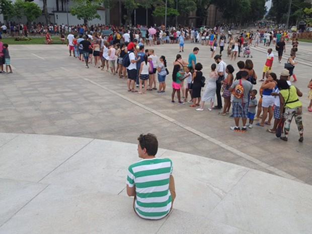 Público aguarda na fila para entrar no Museu do Amanhã  (Foto: Ari Peixoto/TV Globo)
