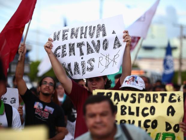 Estudantes confecionaram cartazes para o protesto contra o aumento da passagem (Foto: Jonathan Lins/G1)