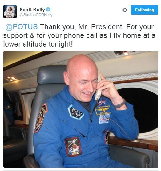 No telefone com o presidente Obama (Foto: Reprodução/Twitter)