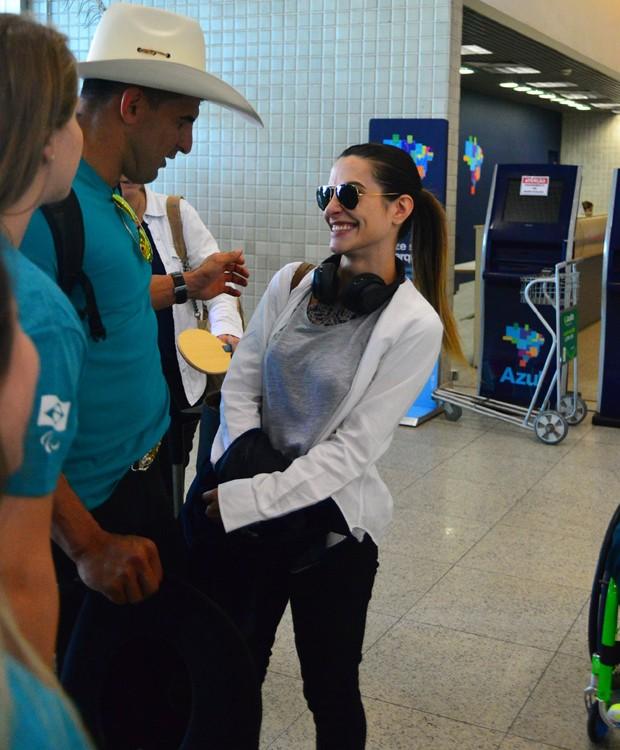 Cleo Pires posa com atleta da Paralimpíada Rio 2016 (Foto: William Oda/AgNews)