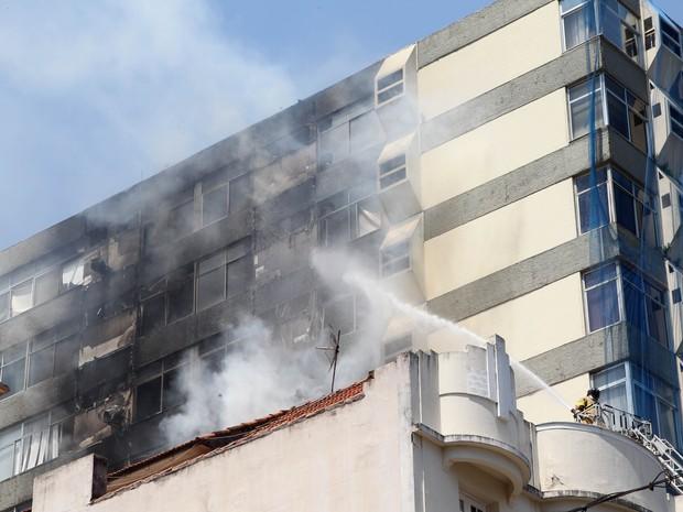 Bombeiros usaram escada para controlar as chamas (Foto: Cacau Fernandes / Agência O Dia / Estadão Conteúdo)
