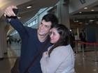 Assediado por fãs, Mateus Solano desembarca em São Paulo