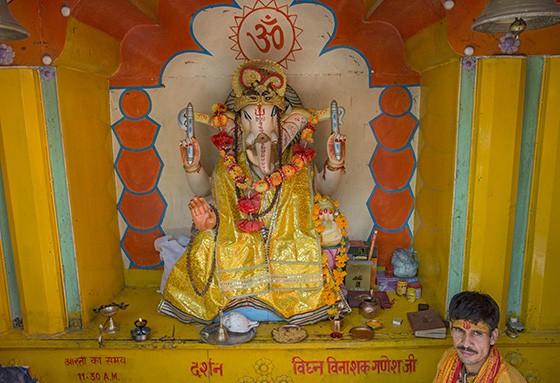 Santuário em homenagem à Ganesha no templo Tera Manzil  (Foto: © Haroldo Castro/Época)