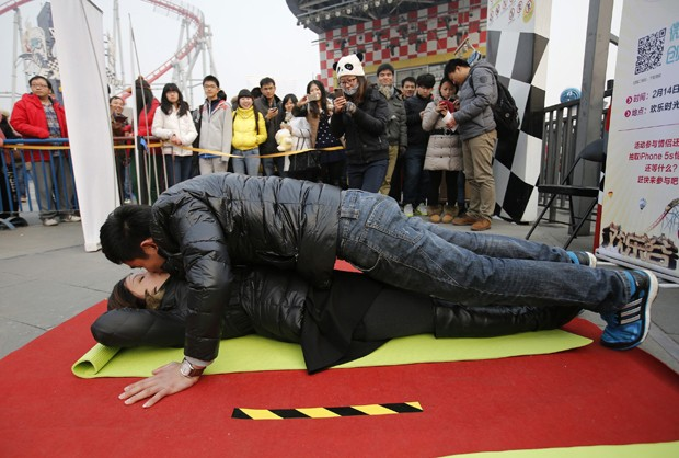 Homem faz flexões enquanto beija parceira durante competição na Chin (Foto: Kim Kyung-Hoon/Reuters)