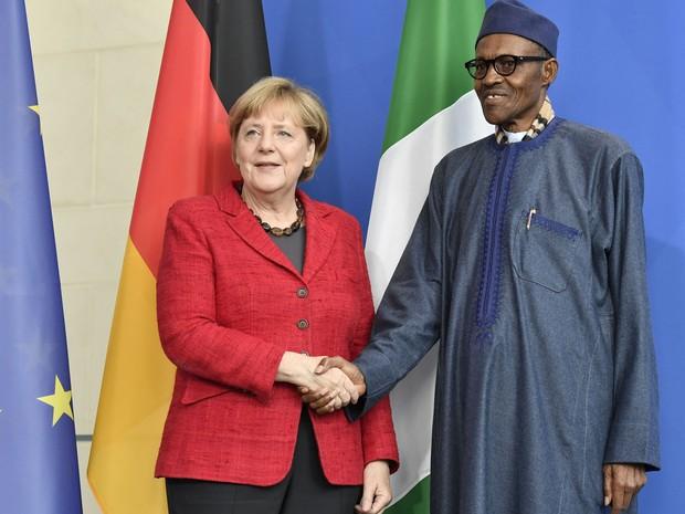 A primeira-ministra alemã Angela Merkel cumprimenta o presidente da Nigéria, Muhammadu Buhari, durante coletiva de imprensa em Berlim, na sexta (14) (Foto: John MacDougall/AFP)