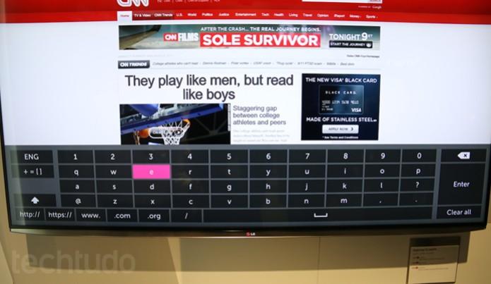 Teclado da smartTV com WebOS é fácil de ser operado, mas ainda não tão prático (Foto: Fabricio Vitorino/ TechTudo)