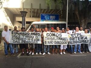 Motoristas de van protestam contra novas regras de circulação no Rio (Foto: Reprodução/TV Globo)