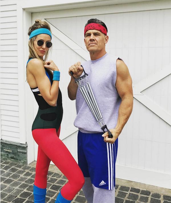 Josh Brolin fantasiado como seu personagem em Os Goonies ao lado da esposa (Foto: Instagram)