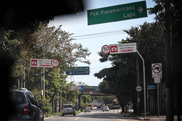 Placas indicam novo limite de 50 km/h na via local da Marginal Pinheiros, e também da fiscalização eletrônica. As multas passam a valer com o novo limite a partir de segunda-feira (20) (Foto: Fábio Tito/G1)