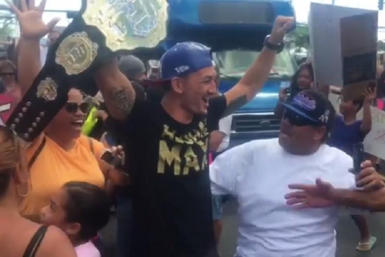 BLOG: Vídeo: Holloway é recebido com festa no Havaí após nocautear José Aldo no UFC