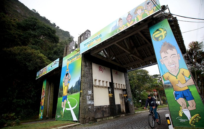 entrada cidade de Teresópolis concentração Seleção (Foto: Mowa Press)