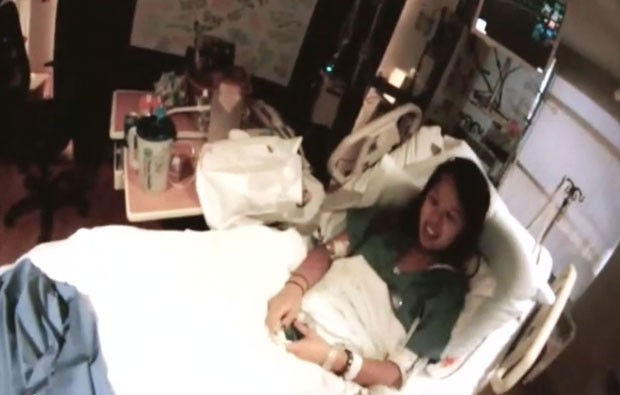 Imagem tirada de vídeo gravado em hospital do Texas mostra a enfermeira americana Nina Pham, que é tratada contra o ebola (Foto: Texas Health Resources, Dr. Gary Weinstein/AP)