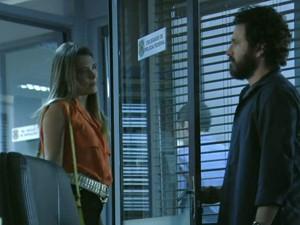 Lili pede para saber todos os detalhes do desaparecimento do pai (Foto: Além do Horizonte/TV Globo)