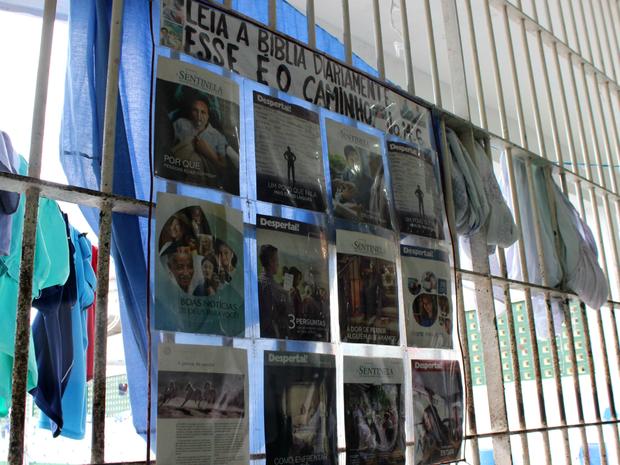 No refeitório, um cartaz reúne colagens incentivando a leitura da Bíblia (Foto: Jamile Alves/G1 AM)