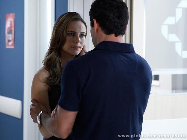 Momentos antes, Bruno queria saber o que Valentin havia falado com ela... (Foto: Amor à Vida / TV Globo)