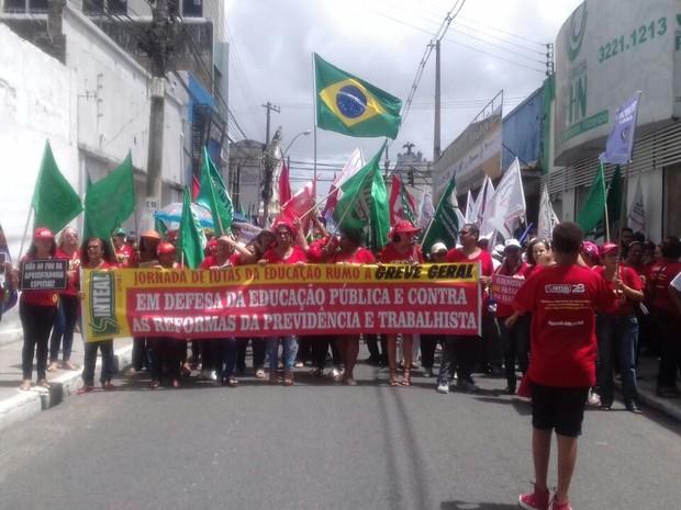 Manifestantes saíram em caminhada pelo centro de Maceió (Foto: Hágata Christye/G1)