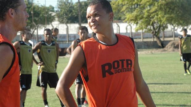 Warley (ao centro), atacante do Botafogo-PB (Foto: Lucas Barros / Globoesporte.com/pb)