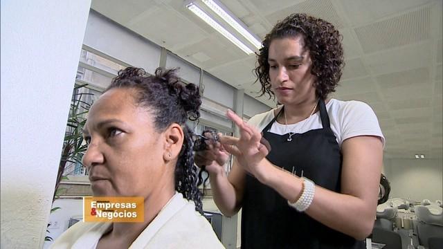 Empresária cria salão de beleza especializado em cabelos crespos (Foto: Reprodução/TV Globo)